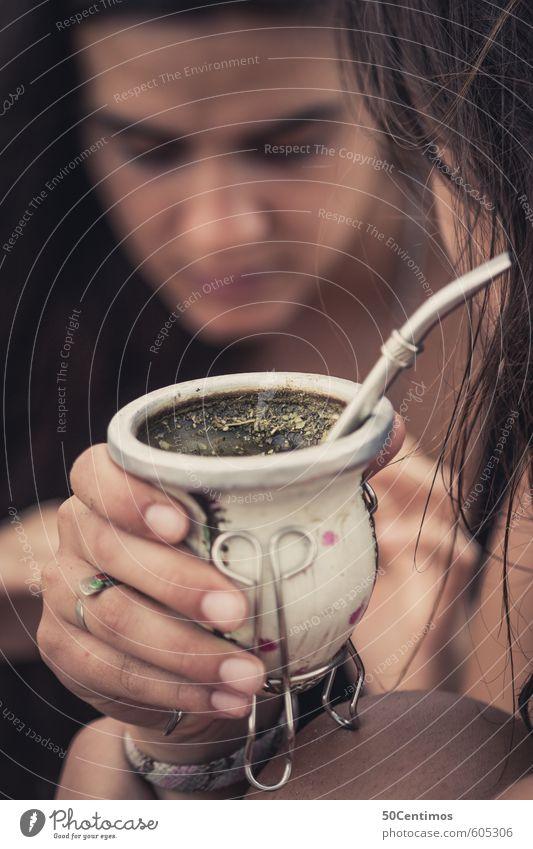 Mate - Argentinischer Tee Getränk trinken Mensch feminin Junge Frau Jugendliche Erwachsene Hand genießen Gesellschaft (Soziologie) Gesundheit Farbfoto