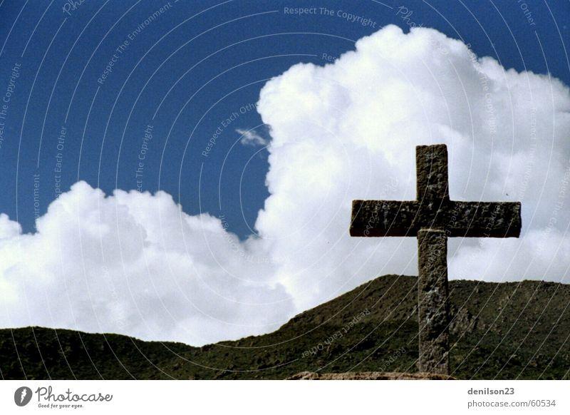 Blauer Himmel und das Kreuz Wolken Religion & Glaube Rücken Peru Anden