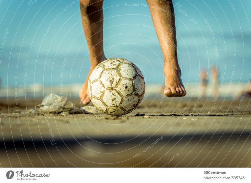 Fussballspielen am Strand Lifestyle Freizeit & Hobby Spielen Fußball Ferien & Urlaub & Reisen Sommer Sommerurlaub Sonne Sport Ballsport Mensch maskulin 1 laufen