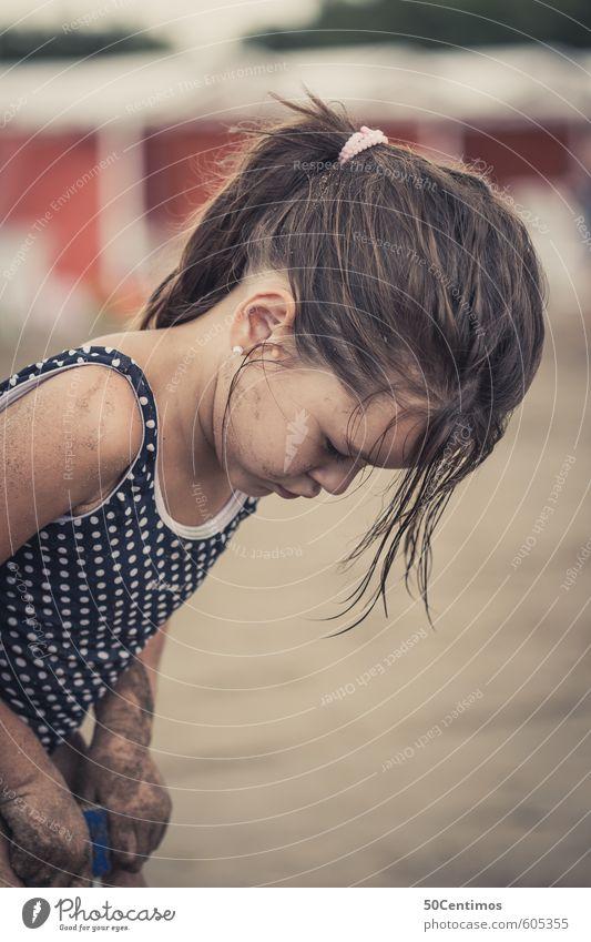 Kleines Mädchen beim Sandspielen am Strand Mensch Kind Ferien & Urlaub & Reisen Sommer Sonne Meer Freude Ferne Gesicht Spielen Freiheit Glück Körper