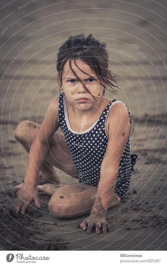 Erster Blick beim Sandspielen am Strand Mensch Kind Ferien & Urlaub & Reisen Sommer Sonne Meer ruhig Mädchen Freude Ferne Spielen Freiheit Schwimmen & Baden