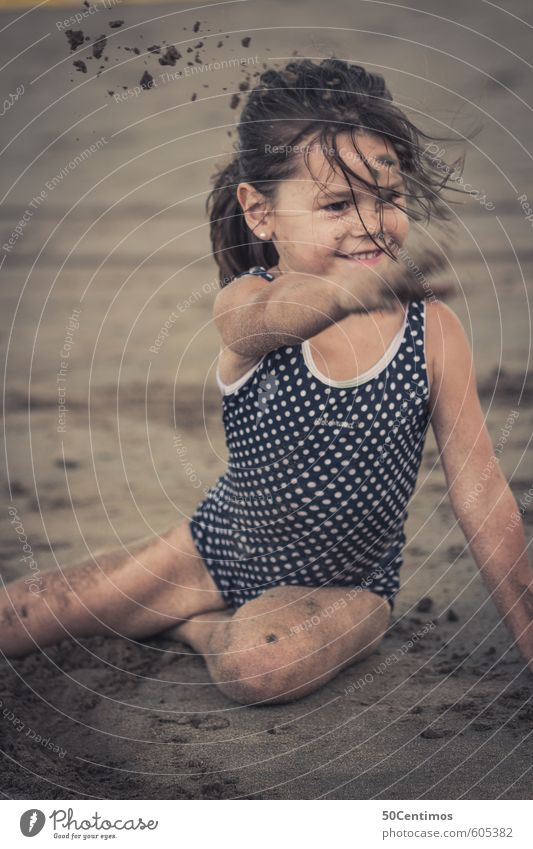 Kleines Mädchen beim Sandspielen am Strand Mensch Kind Ferien & Urlaub & Reisen Sommer Sonne Meer Mädchen Strand Ferne Spielen lachen Gesundheit natürlich Sand Freizeit & Hobby Kindheit