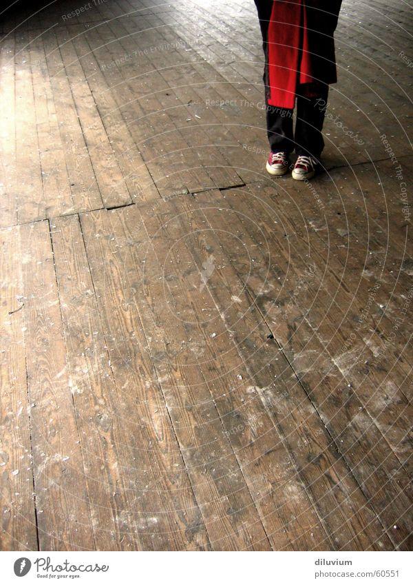 unbekanntes terrain Holz Gebäude Schuhe Chucks rot Fuß Holzbrett