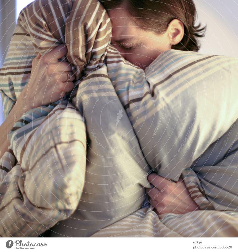 Migräne Lifestyle Krankheit Erholung ruhig Häusliches Leben Bett Schlafzimmer Frau Erwachsene 1 Mensch 30-45 Jahre Bettwäsche Bettdecke festhalten kuschlig
