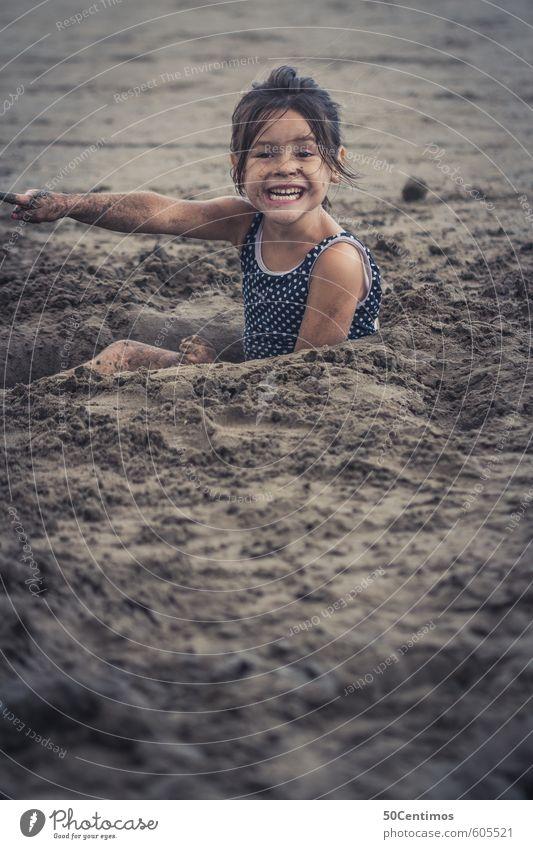 Sandspielen am Sandstrand Mensch Kind Ferien & Urlaub & Reisen Sommer Sonne Meer Mädchen Strand Ferne Leben Spielen lachen Glück Sand Freizeit & Hobby Kindheit