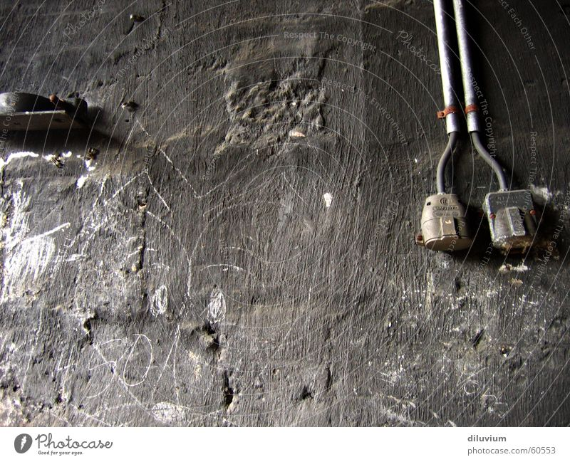 schwarze wand weiß dunkel Kabel streichen Leitung Steckdose