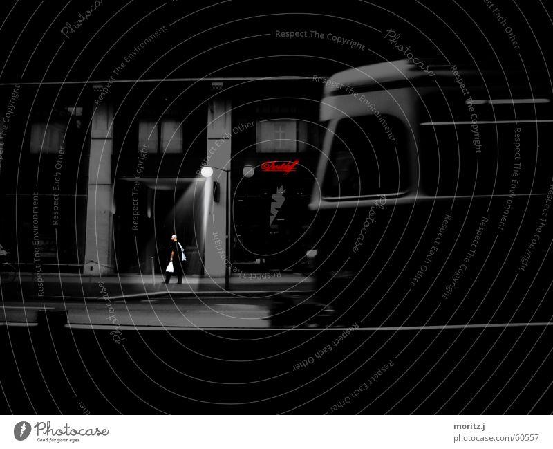 Straßenbahn Mann Stadt Einsamkeit dunkel Traurigkeit Eisenbahn Trauer Laterne Schweiz Straßenbeleuchtung Ladengeschäft fremd Zürich Straßenbahn