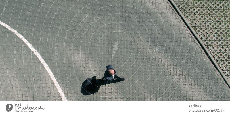 das ist der Klaus, klingt komisch, is' aber so .. Mann weiß Farbe grau Linie Schilder & Markierungen trist beobachten anonym Parkhaus Pflastersteine Überwachung