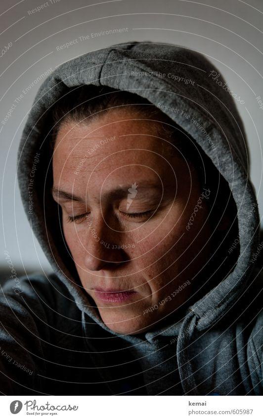 Besinnen Mensch Frau Jugendliche Junge Frau ruhig 18-30 Jahre dunkel Gesicht Erwachsene Auge Leben Traurigkeit Gefühle feminin Denken Kopf