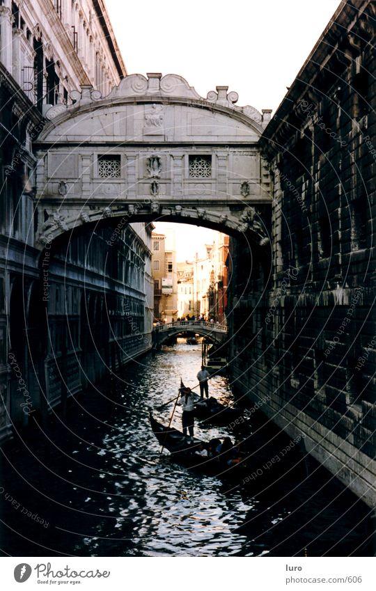 Seufzerbrücke Venedig Italien Brücke Gondel (Boot) Gondoliere Gracht historisch alt Altstadt Historische Bauten Architektur geradeaus Zentralperspektive