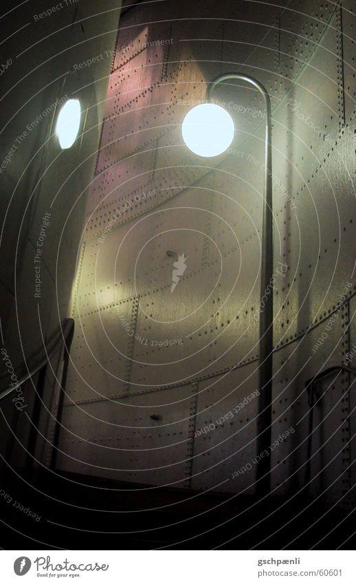 U-Bahn unter Wasser Straßenbeleuchtung Nacht dunkel eng Paris Bunker Stadt lichtreflektion Gang