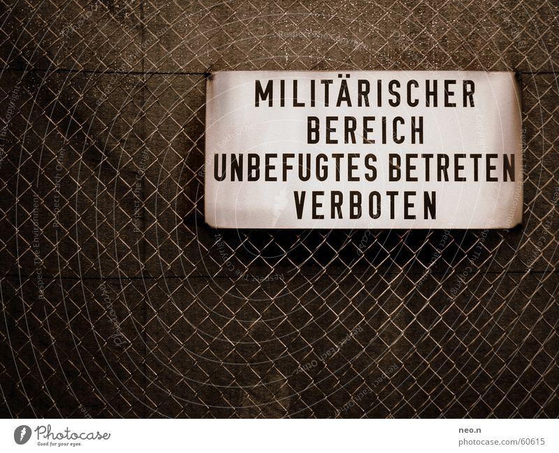 Military District dunkel Tod Metall dreckig Schilder & Markierungen Hinweisschild Macht Industrie Zaun Verfall Warnhinweis Rost Gewalt Krieg Sorge Verbote