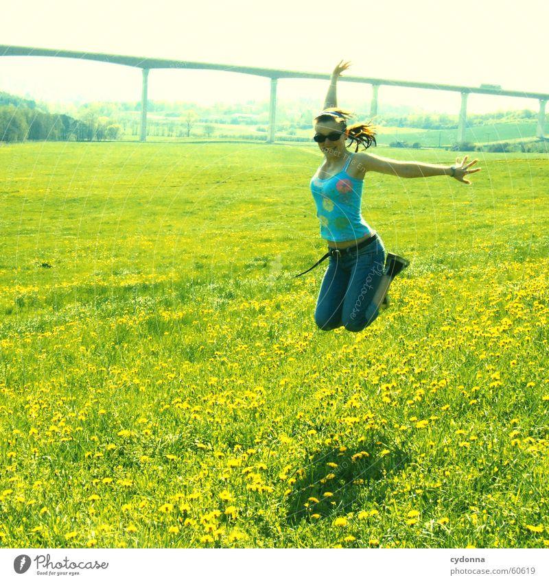 zweimal abheben... springen hüpfen Frühling Wiese Löwenzahn Blüte Blume Gras Stil Sonnenbrille fliegen Freude Landschaft Mensch Brücke