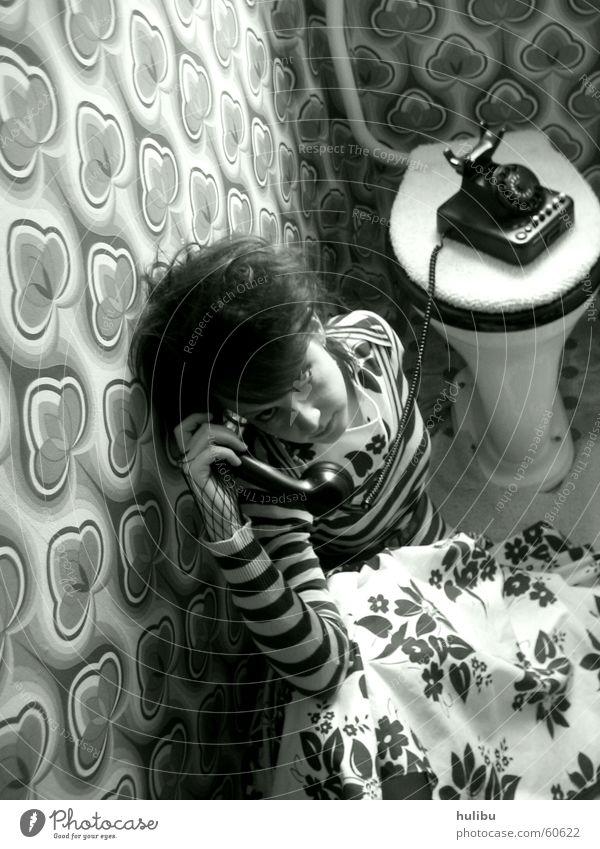 Sitzung Frau Telefon Tapete Siebziger Jahre Sechziger Jahre mehrfarbig Teppich Kleid gestreift Muster Toilette toilet Schwarzweißfoto Bodenbelag