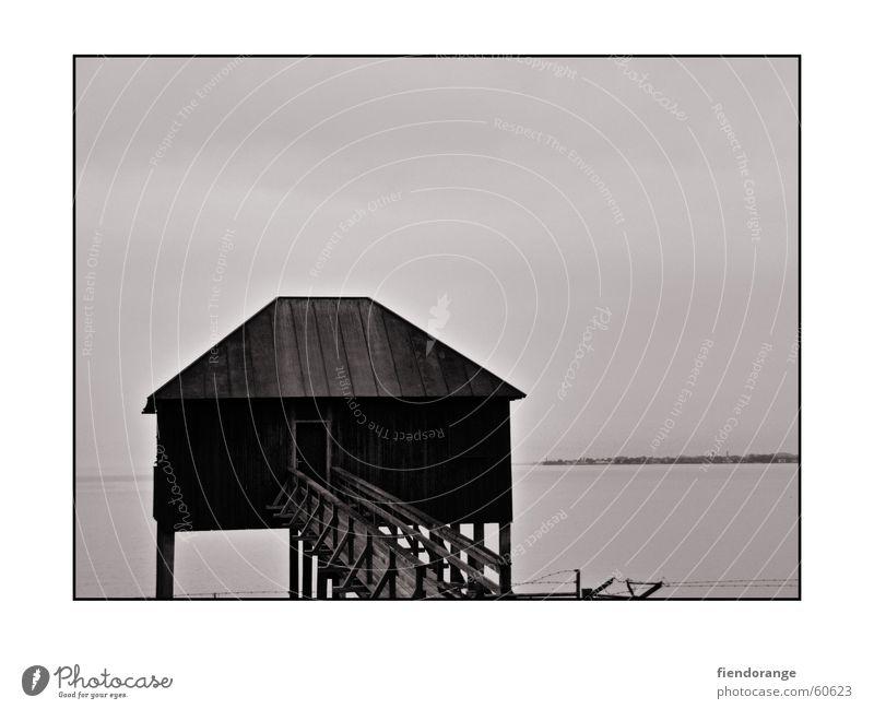 mein blockHÜTTE See Holzhütte grau Einsamkeit ruhig Erholung mystisch Steg Bregenz Fischer Ausweg Trauer Lindau Ferne gruselig schwarz weiß Schwarzweißfoto