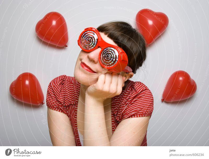 rosarote brille I Frau Jugendliche rot Junge Frau Erwachsene Gefühle Liebe feminin Glück träumen Zufriedenheit Lächeln Fröhlichkeit Herz Lebensfreude Hoffnung