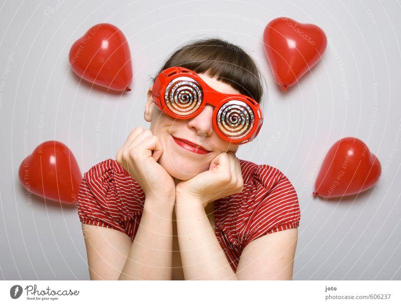 rosarote Brille II Frau Jugendliche rot Junge Frau Erwachsene Gefühle Liebe feminin Glück träumen Zufriedenheit Lächeln verrückt Fröhlichkeit Herz genießen