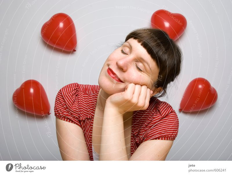 die gedanken sind frei Frau Jugendliche rot Junge Frau Erwachsene Gefühle Liebe feminin Glück träumen Zufriedenheit Lächeln Fröhlichkeit Herz Warmherzigkeit Lebensfreude