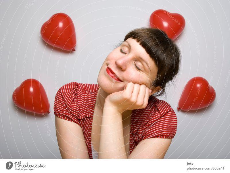 die gedanken sind frei Valentinstag feminin Junge Frau Jugendliche Erwachsene Luftballon Herz Lächeln Liebe träumen Fröhlichkeit Glück rot Zufriedenheit