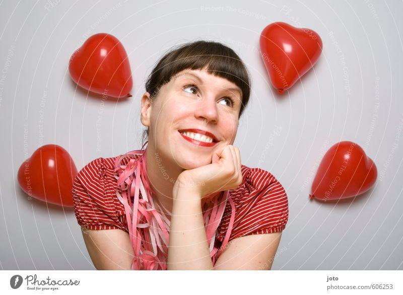 schmachten Wohlgefühl Zufriedenheit Valentinstag Geburtstag Junge Frau Jugendliche Luftballon Herz Liebe Fröhlichkeit Glück niedlich rot Gefühle Lebensfreude