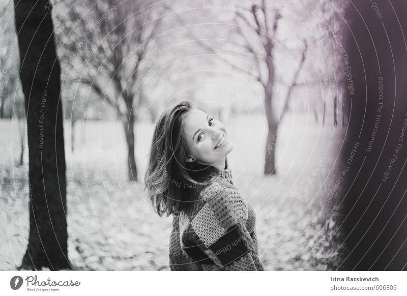 Glücklichsein Junge Frau Jugendliche Haare & Frisuren Zähne 1 Mensch 18-30 Jahre Erwachsene Natur Herbst Schönes Wetter Baum Park Wald genießen Lächeln stehen