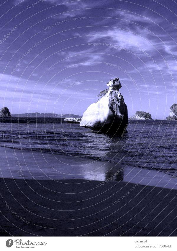 into the blue... Himmel blau Strand Wolken Stein Felsen Neuseeland Flut Ebbe Cathedral Cove