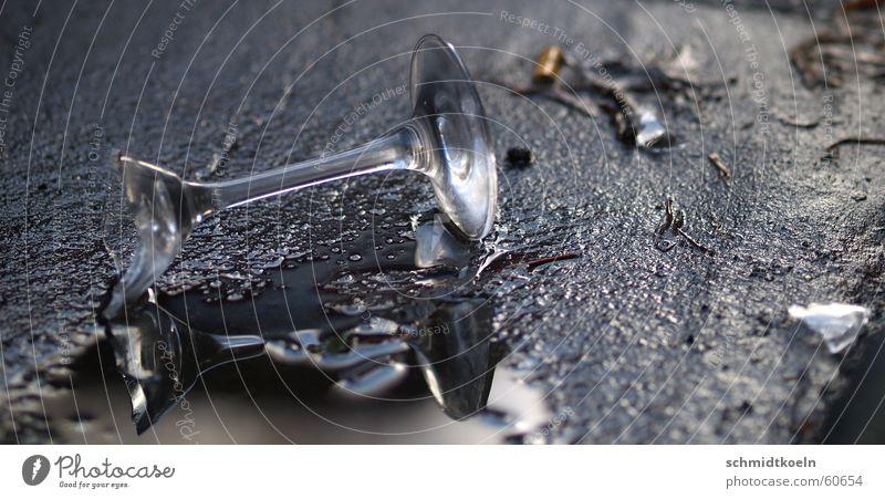 sektglas Wasser Glück Glas kaputt Asphalt gebrochen Pfütze Sekt Scherbe Sektglas zerschlagen