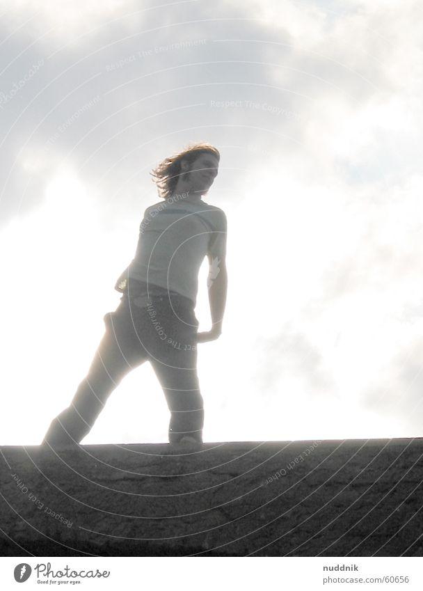 auf der burgmauer Mann Himmel Sonne Stil Freiheit Haare & Frisuren Wind Körperhaltung Unbeschwertheit Zinnen beschwingt
