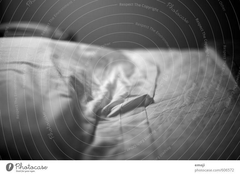 stories Bettwäsche Bettlaken Leinen Leinentuch Falte kuschlig weich Schwarzweißfoto Innenaufnahme Nahaufnahme Detailaufnahme Menschenleer Textfreiraum oben