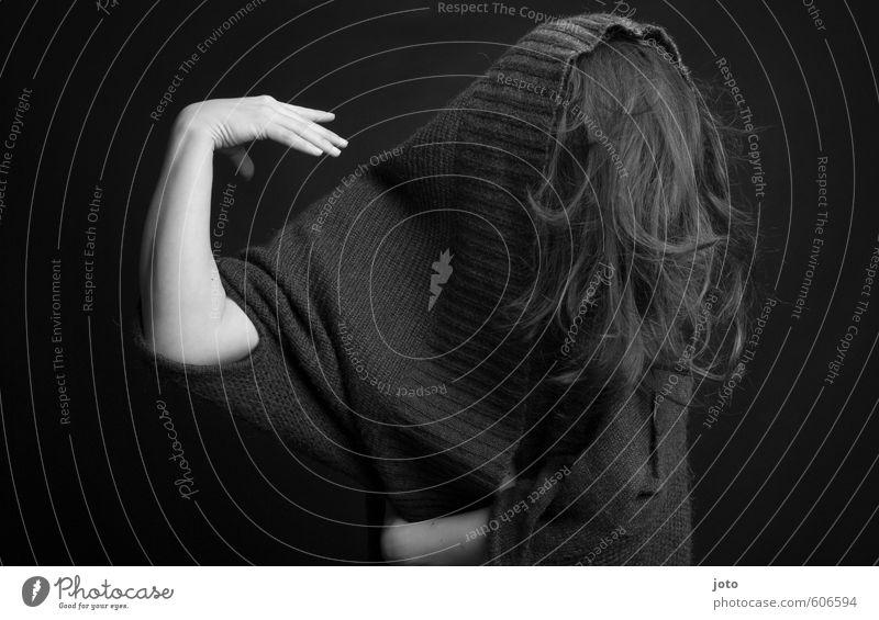 schwarz-weiß IV Frau Erwachsene Haare & Frisuren Pullover Bewegung Tanzen dunkel gruselig trist verrückt feminin wild Euphorie Kraft demütig Trauer Schmerz