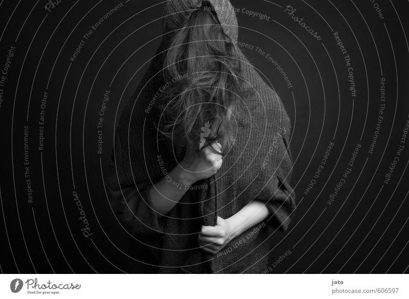 grautöne III Frau Erwachsene Haare & Frisuren Pullover Kapuzenpullover langhaarig bedrohlich dunkel gruselig kuschlig Kraft Sicherheit Schutz Verschwiegenheit
