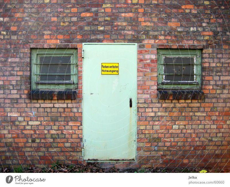 Gesicht ohne Mund Auge Fenster Wand Architektur Mauer Gebäude Tür Fassade Nase authentisch Backstein Eingang Lagerhalle Backsteinwand