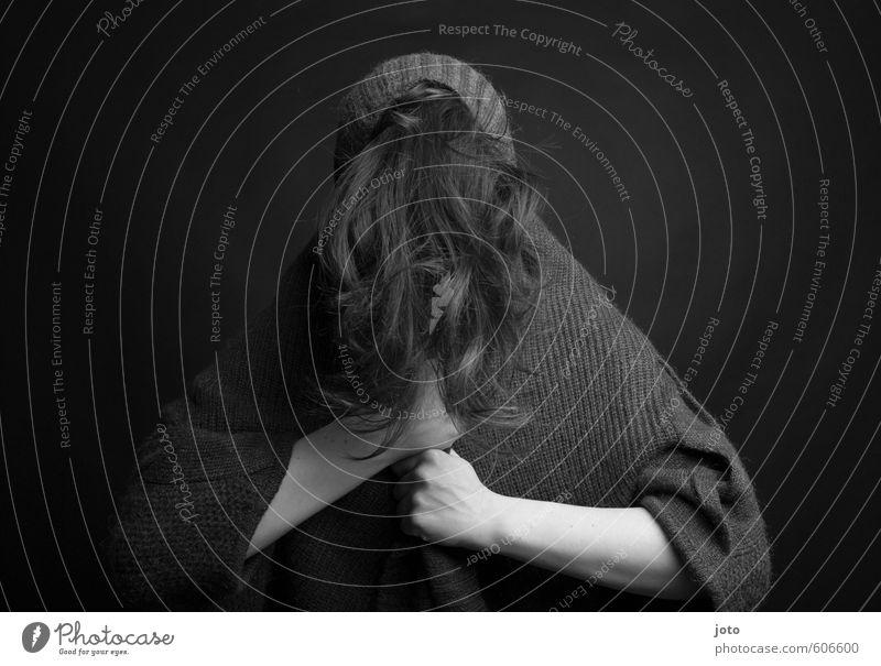 schwarz-weiß I feminin androgyn Frau Erwachsene Haare & Frisuren dunkel gruselig rebellisch trist Stadt verrückt wild Schutz Trauer Tod Einsamkeit Scham Angst
