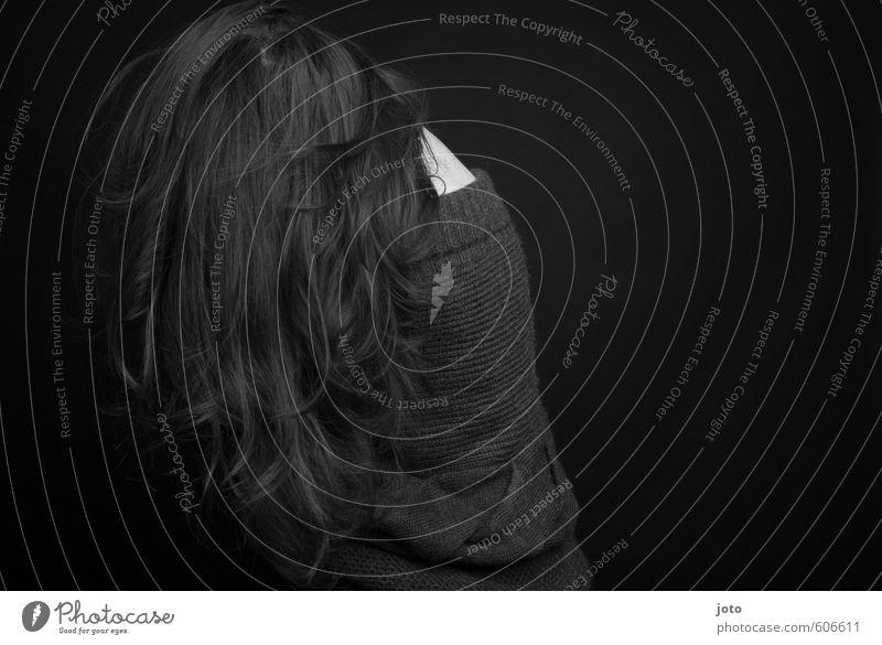 schwarz-weiß II feminin Frau Erwachsene Traurigkeit weinen dunkel trist Schutz Verschwiegenheit demütig Trauer Unlust Schmerz Sehnsucht Enttäuschung Einsamkeit