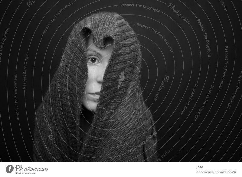 du weißt mehr Frau Erwachsene Pullover Schal Kopftuch beobachten Traurigkeit kalt Neugier trist Sicherheit Schutz Geborgenheit Verschwiegenheit demütig Trauer