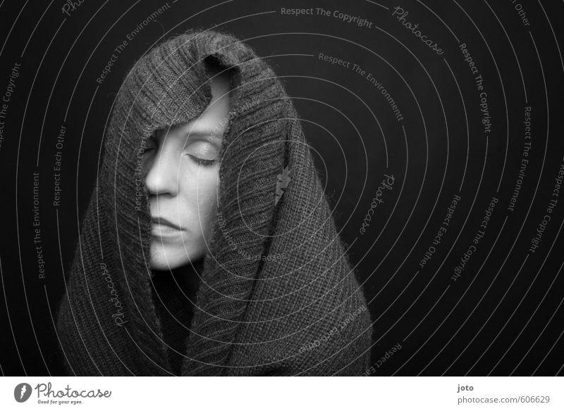 grautöne II Frau Erwachsene Pullover genießen träumen dunkel kuschlig trist Sicherheit Schutz Geborgenheit Verschwiegenheit Warmherzigkeit friedlich Vorsicht