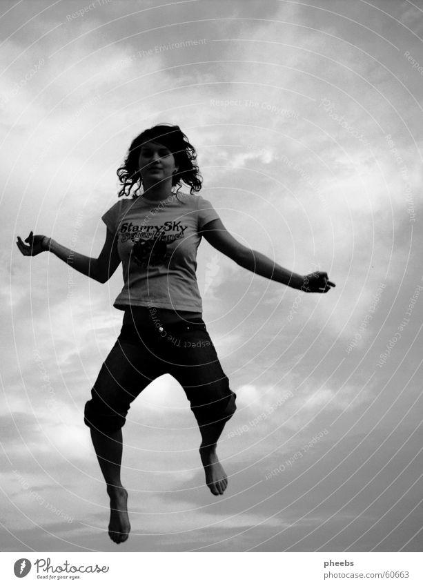 free jump Frau Mensch Himmel weiß schwarz Wolken springen Freiheit grau Stimmung frei