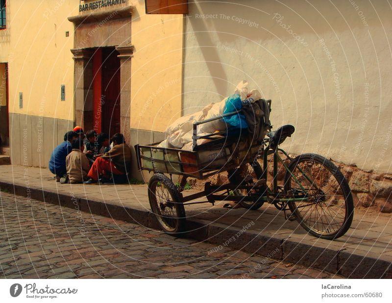 en la calle -cuzco Cuzco Peru Fahrrad Dreirad Bewegung Mauer Straße Ladung