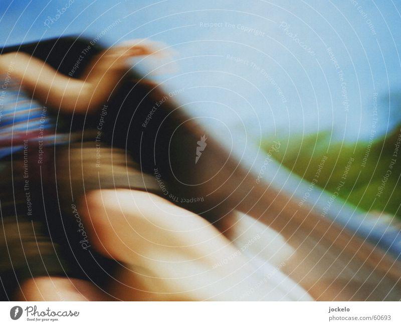 Auf einen Rutsch Frau Himmel blau Sommer Freude Farbe Spielen Bewegung Shorts Spielplatz Rutsche