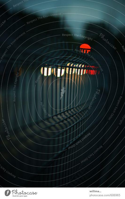 Licht und Hoffnung in der Dunkelheit Ampel Autoscheinwerfer Zaun dunkel Einsamkeit Barriere Lichteffekt Lichtpunkt Metallzaun Hoffnungsanker Hoffnungslosigkeit