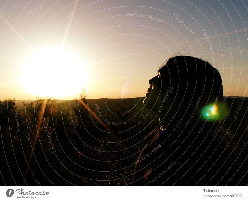 vs-sunrise Sonnenaufgang Sonnenlicht Sonnenstrahlen Gegenlicht Leuchtkraft blenden Frauengesicht Porträt Profil Silhouette genießen Wohlgefühl Blendenfleck