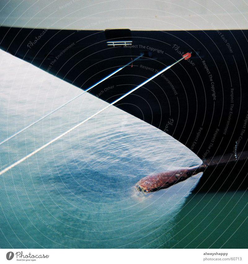 wasser/metall Wasserfahrzeug schwarz grün weiß angedockt Schiffsbug Ahoi Holga Mittelformat blau Drahtseil Metall Lomografie Schiffsrumpf Detailaufnahme