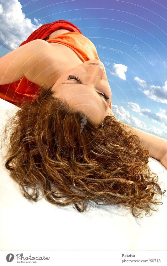Traumland Frau feminin schlafen träumen liegen Wolken langhaarig weiß rot braun Vogelperspektive Gesicht Haare & Frisuren Tuch Himmel Bodenbelag blau orange