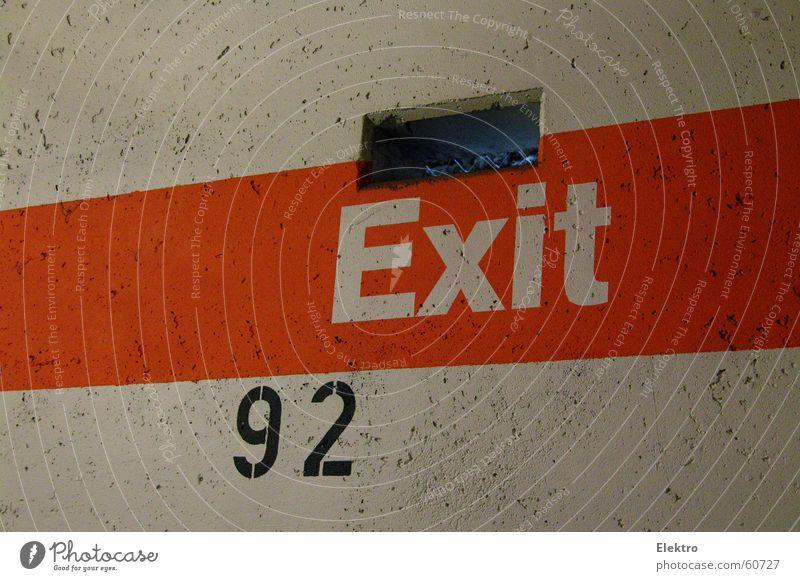 endlich den Ausgang gefunden Wand Fenster Mauer Angst Beton Sicherheit Streifen Loch Flucht gefangen Parkplatz Panik Justizvollzugsanstalt Ausgang Öffnung Luke