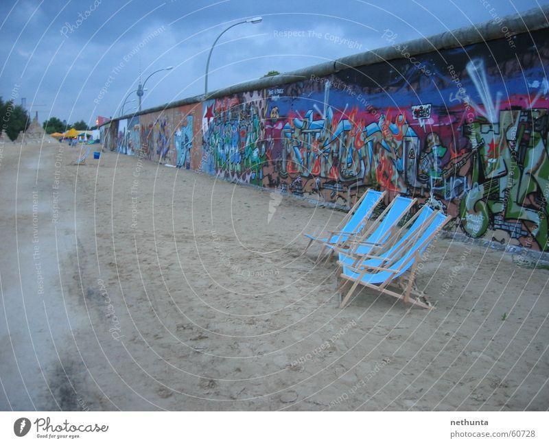 Strandbar Berlin - Eastside-Gallery blau Sommer Mauer Sand Berliner Mauer Bar Berliner Fernsehturm Liegestuhl Eastside Gallery