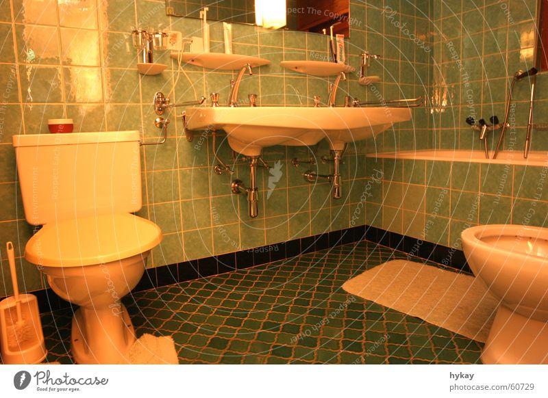 bad man Bad Sauberkeit Zahnbürste retro Waschbecken weiß Fliesen u. Kacheln Toilette Morgen chrome Badewanne