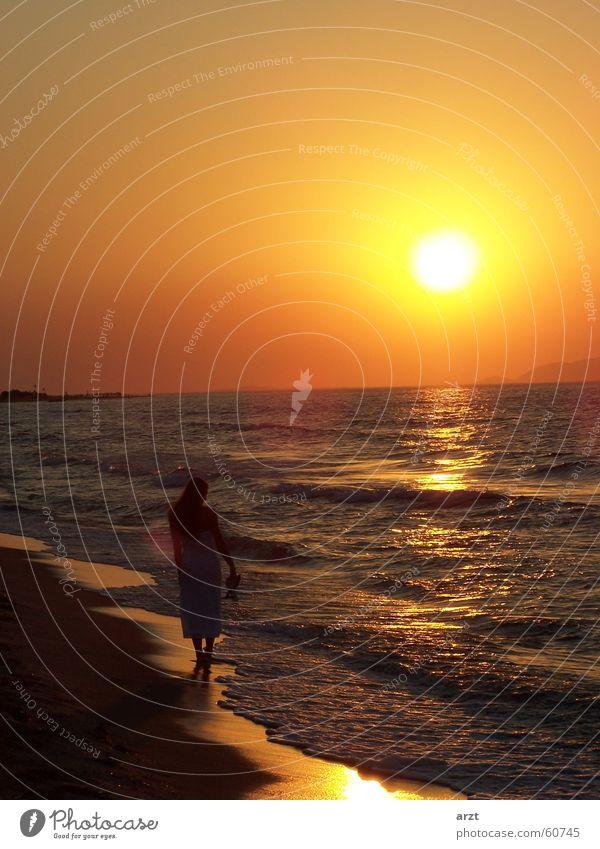 into the sunset -1- Sonnenuntergang Strand Meer Frau Flitterwochen Wasser Spaziergang Abend