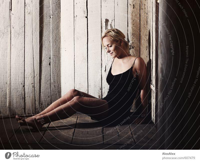 kurze Pause Jugendliche schön Junge Frau 18-30 Jahre Erwachsene feminin Holz Glück Beine Fuß Kraft sitzen Lächeln ästhetisch Lebensfreude Kleid