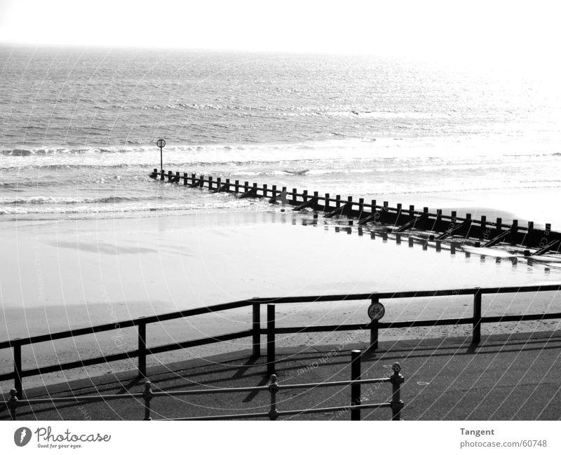 Chillout Moods Strand Meer See Schottland Aberdeen Wellen schwarz weiß Nordsee Schwarzweißfoto Textfreiraum oben Buhne Geländer Menschenleer Küste Wellengang