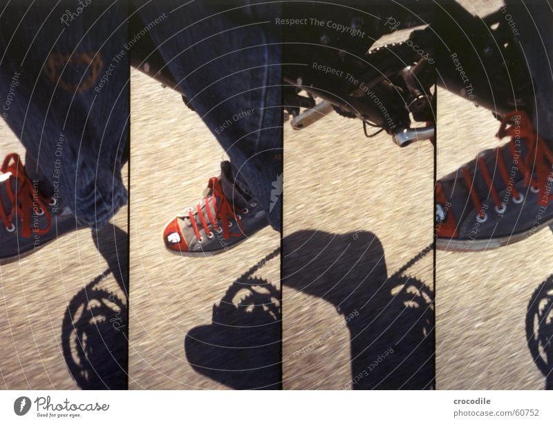 che chuck blau rot schwarz Straße Bewegung Fuß Fahrrad Jeanshose treten Pedal Hirsche Rothirsch
